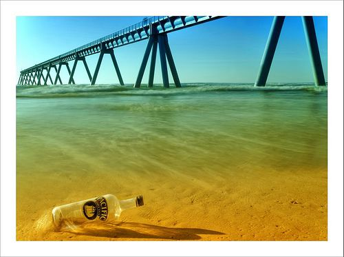 A bottle abandoned on a beach. Without the photographer's intervention, the bottle would not have been recycled. © Arnaud Bertrande / Photographie CC by-nc-sa 2.0