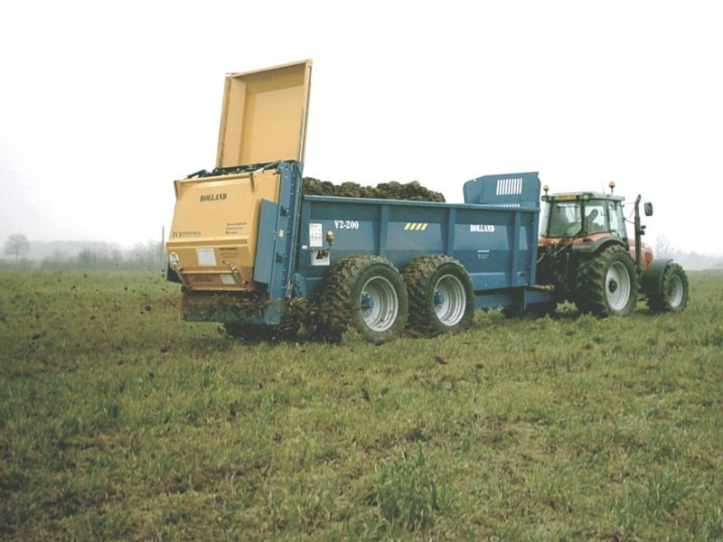 Spreading manure over crops. © Chatellier, Wikimedia public domain