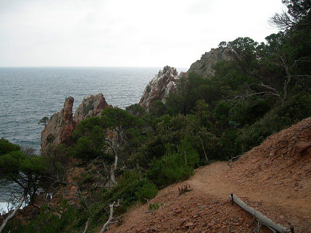 The coastal path, visible on the right, is a creation of the Coastline Act used to promote and facilitate public access to the coast. © Bernard CC by-nc-nd 3.0
