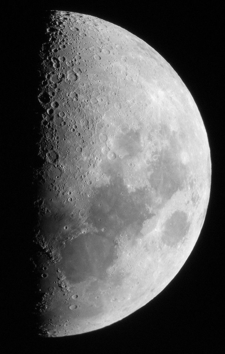 The first quarter of the Moon through a telescope reveals the false seas and craters of our satellite. © J.-B Feldmann