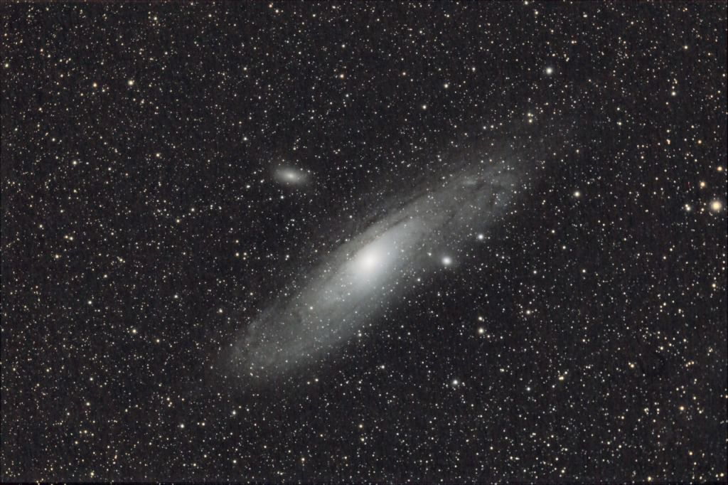 "Two other small galaxies ""accompany"" M31: these are M32 and M110. This trio was photographed by ""Chamois"" (the person's pseudonym on the Futura-Sciences astro forum) using an APN CANON reflex equipped with a 300 mm telephoto lens and an exposure time of an hour and a half."