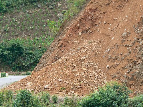 A landslide on the side of a road that could have cut communication lines. © Cmic Blog CC by-nc-sa 2.0
