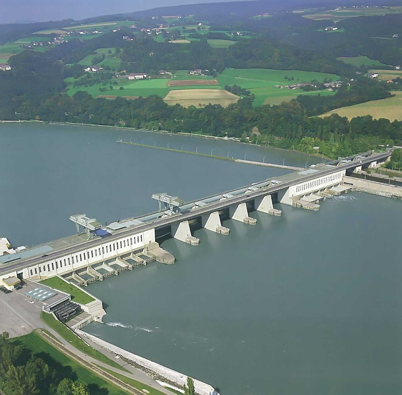 Gravitational power plants use the same principle as hydroelectric power plants (shown here in the photo) but do not have a dam or water reservoir. © fr.academic.ru