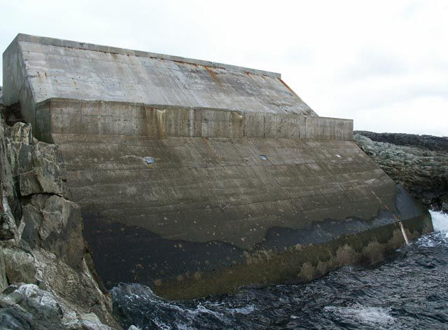 This block of concrete on the coast is a 500 kW wave power plant connected to the British electricity grid. © Claire Pegrum, Geograph CC by-sa 2.0