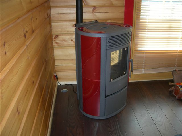 A wood stove can provide additional energy for heating, during inter-season and to reduce energy bills. © Raphael Savina CC by-nc-nd 3.0