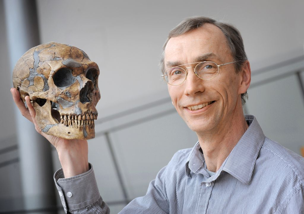Svante Pääbo holds the skull of a Neanderthal in his hand. © Max Planck Institute for Evolutionary Anthropology, Leipzig