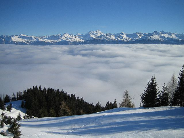 A sea of fog completely cloaks the valley. © Airflore CC by-nc-sa 2.0