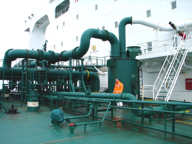 Gas pipes used to inert oil tanks in the VLCC (Very Large Crude Carrier) Algarve. © Hervé Cozanet, Wikimedia-CC by-sa 3.0