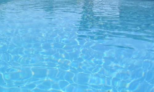 The ozonator output produces many bubbles in the swimming pool water. © DR