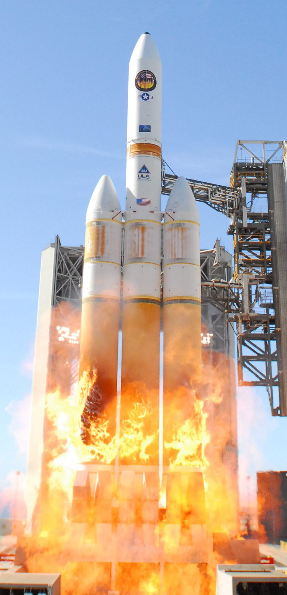 The launch of Delta IV Heavy with USA-224 aboard, an American reconnaissance satellite, on 20 January 2011. Credits DR.