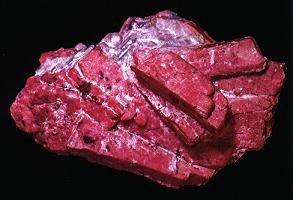 Rhodonite is a crystal in the triclinic system. © DR