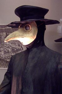 Doctors protect themselves against the plague by wearing masks. © Juan Antonio Ruiz Rivas, Wikimedia, CC by-sa 3.0