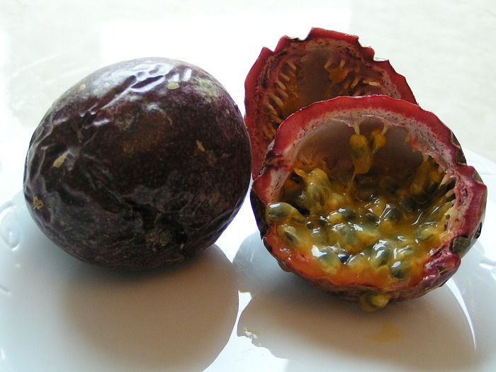 Passion fruit, originally from South America, is now eaten all around the world. © Wikimedia Commons