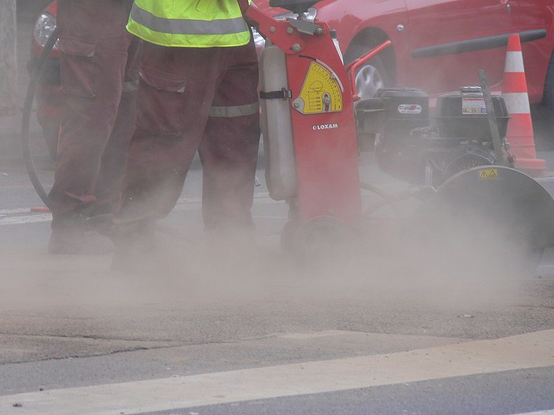 Some activities produce a large amount of dust. The finer the dust, the more dangerous it is to the health of exposed persons. © Lamiot, Wikimedia CC by 3.0