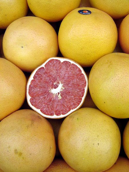 Grapefruit are citrus fruit with flesh that ranges from blonde to red. © Johannrela/Licence Creative Commons