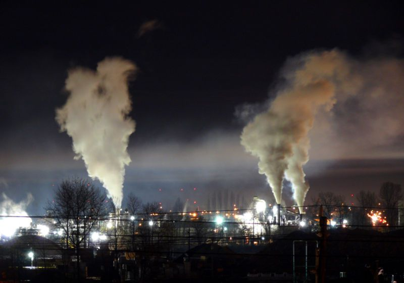 Air pollution and light pollution are part of the field of study of molysmology.  © Gavin Schaefer, Wikimédia CC by-sa 3.0