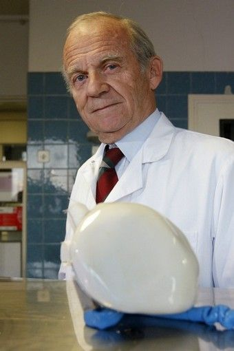 Prof. Carpentier's artificial heart is the smallest ever designed. © CARMAT SAS