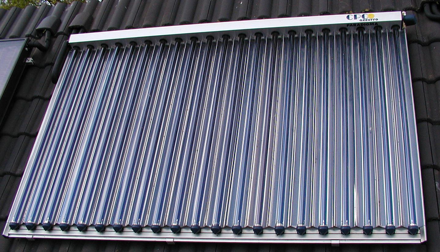 A thermal solar panel with vacuum tubes and reflectors. © Ra Boe/Licence Creative Commons (by-nc-sa 2.0)