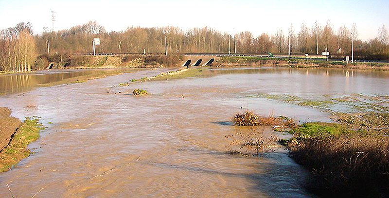 The stream bed of this river is on the left in the extension of the bridge. The rest of the flooded zone is the river's flood plain. © Lamiot, Wikimedia CC by 3.0