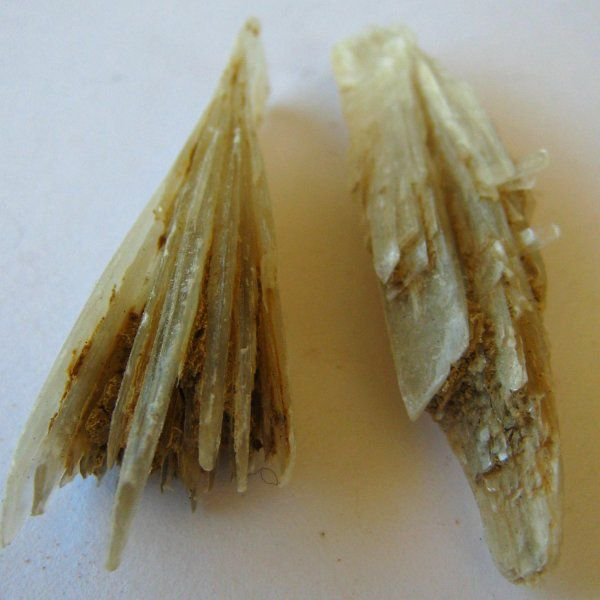 Gypsum is a rock with elongated facies. © Thomas Ribiere CC by sa 3.0