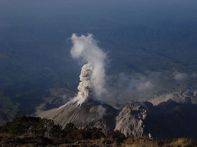 During volcanic eruptions, the Earth's mantle releases water vapour. This juvenile water enters the water cycle for the first time. © Luis Guillermo Pineda Rodas/guillermogg CC by-nc-sa 2.0