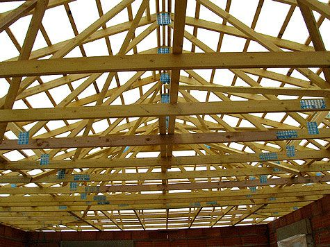 A roof structure with industrial flat trusses.  © www.siga-charpente.com