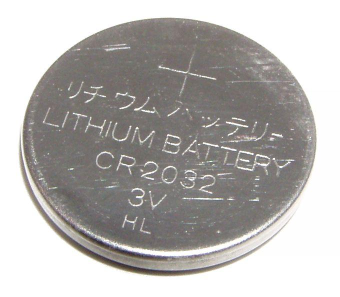 3V lithium button cell. © Krzysztof Woznica, Wikimedia public domain
