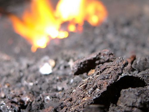 Clinker is incineration waste mostly composed of metal. © Zigazou76 CC by