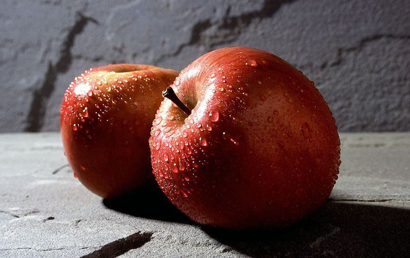 There are many varieties of apples (here, two Fuji apples). © DR