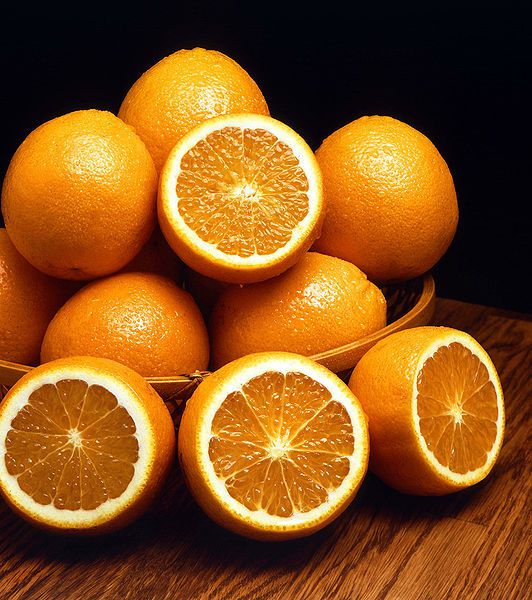 The orange is a citrus fruit eaten in winter for its high vitamin C content. © DR